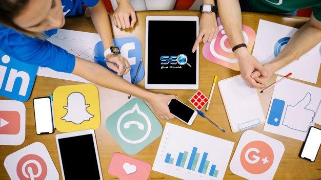 لوگوی شبکه اجتماعی ها روی میز همراه با تیم سئو